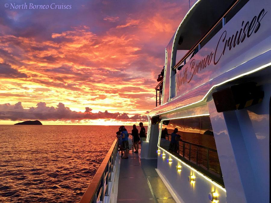 ngắm hoàng hôn trên du thuyền North Borneo